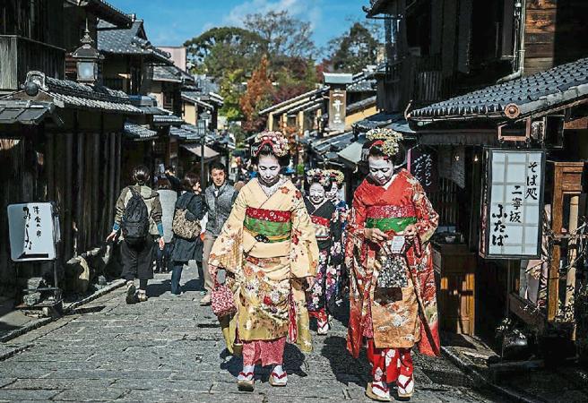 Dos geishas pasean por la ciudad