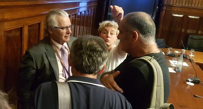 El exjuez no se esconde. Baltasar Garzón acudió al Parlament por el caso de los niños robados del franquismo, pero accedió a conversar con personas que denunciaron torturas en 1992