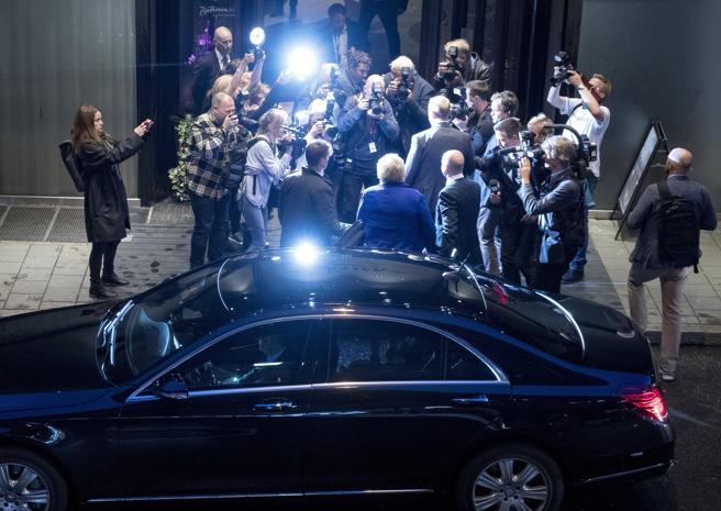 La primer ministra noruega Erna Solberg  llega para conocer los resultados del Partido Conservador en Oslo, Noruega