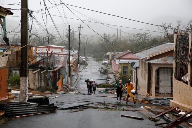 Trabajadores de rescate ayudan a personas después de que el área fue golpeada por el Huracán María en Guayama, Puerto Rico