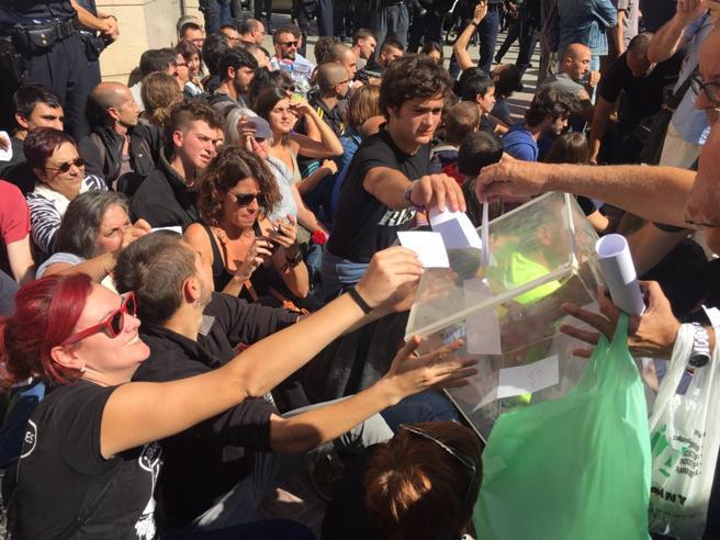 Manifestantes votan ante los agentes de la Guardia Civil y los Mossos durante un registro en casa de un asesor del Govern