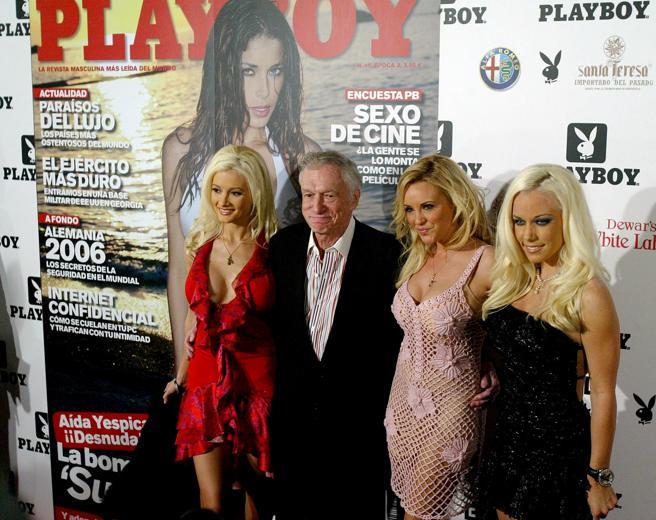 Hugh Hefner en la Casa Batlló  con sus novias Holly Madison, Bridget Marquardt y Kendra Wilkinsonen 2006
