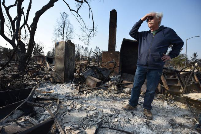 Phil Rush observa los restos de su casa destrozada por el fuego en Santa Rosa, California