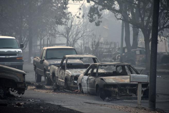 Coches calcinados por el fuego en Santa Rosa, California