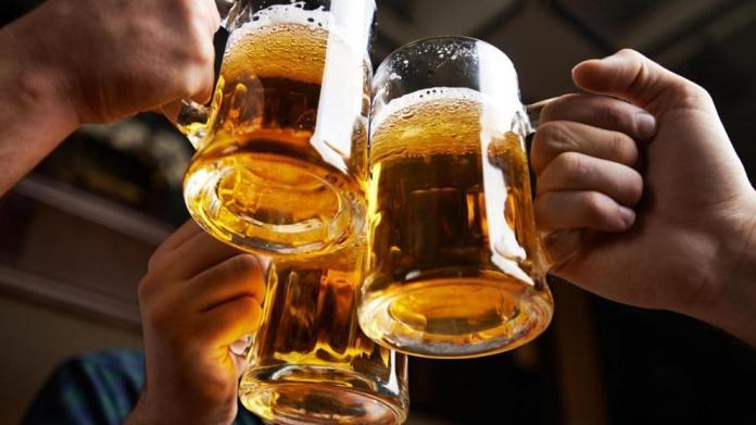 Resultado de imagen para imagenes de personas bebiendo alcohol