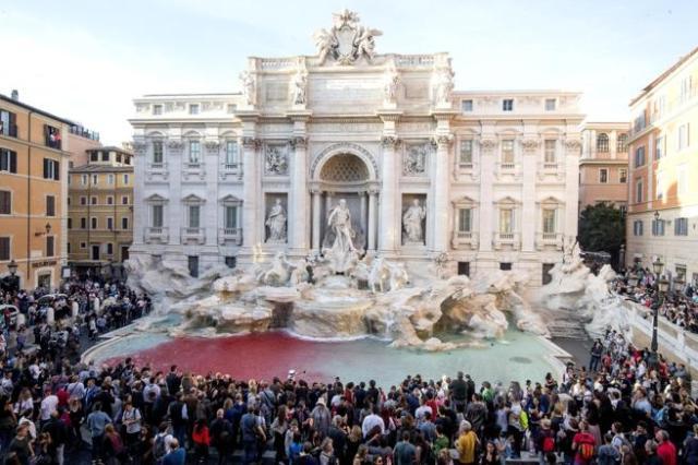 Vista de la Fontana di Trevi después de que, Graziano Cecchini vertiera pintura roja