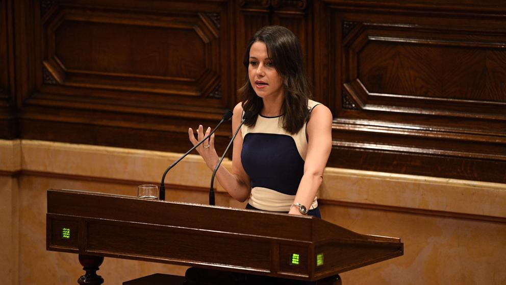 """Arrimadas reprocha a Puigdemont que no dé la cara y pide """"urnas de verdad"""""""