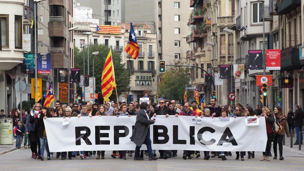 Marchas y concentraciones llenan las plazas consistoriales de Catalunya tras la huelga general