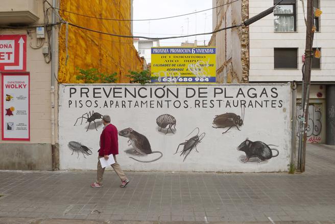 Mural de Escif contra el turismo masivo en la calle Guillem de Castro de València