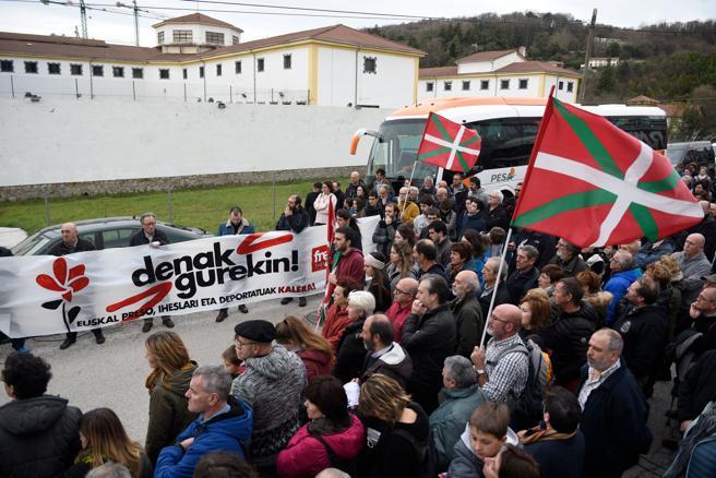 Manifestación frente a la cárcel de San Sebastián pidiendo el fin de la dispersión de presos de ETA