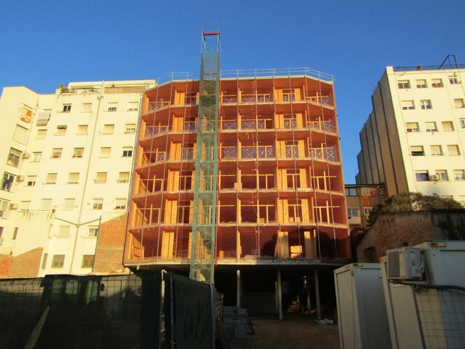 El edificio cooperativo de madera está ubicado en el antiguo recinto industrial de Can Batlló