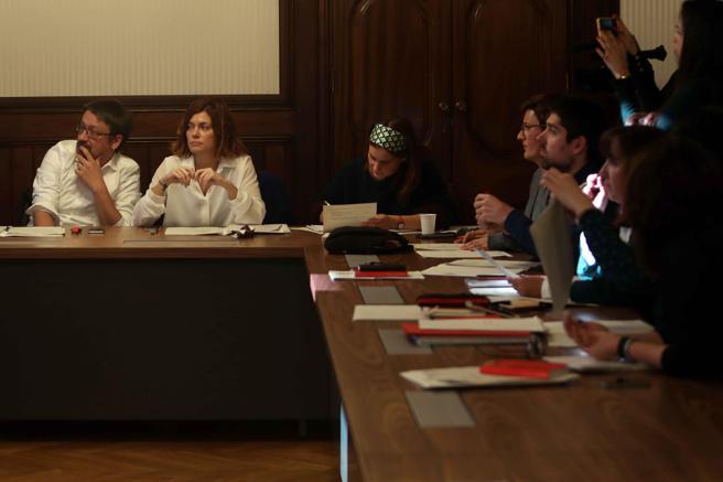 Los diputados electos Xavier Domenech (i), Elisenda Alamany (c) y Jessica Albiach (d), durante luna reunión del grupo parlamentario de Catalunya en Comú-Podem . EFE/Toni Albir