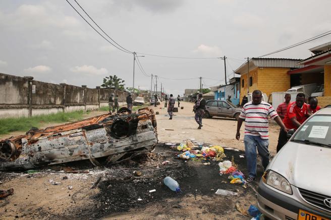 Gendarmes de Gabón patrullan cerca de la sede de la emisora nacional Radiotelevisión Gabonesa en Libreville.