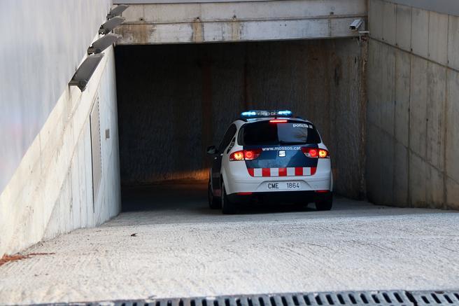 Un vehículo de los Mossos accede al parking de comisaría