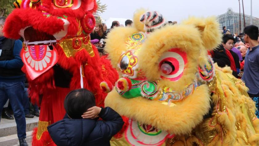 Barcelona da la bienvenida al Año Nuevo Chino con un colorido desfile
