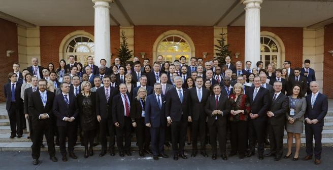 El presidente del Gobierno, Mariano Rajoy (c), posa para la foto de familia con los representantes de la Unión Demócrata Internacional (IDU), a quienes ha recibido hoy en el Palacio de La Moncloa.