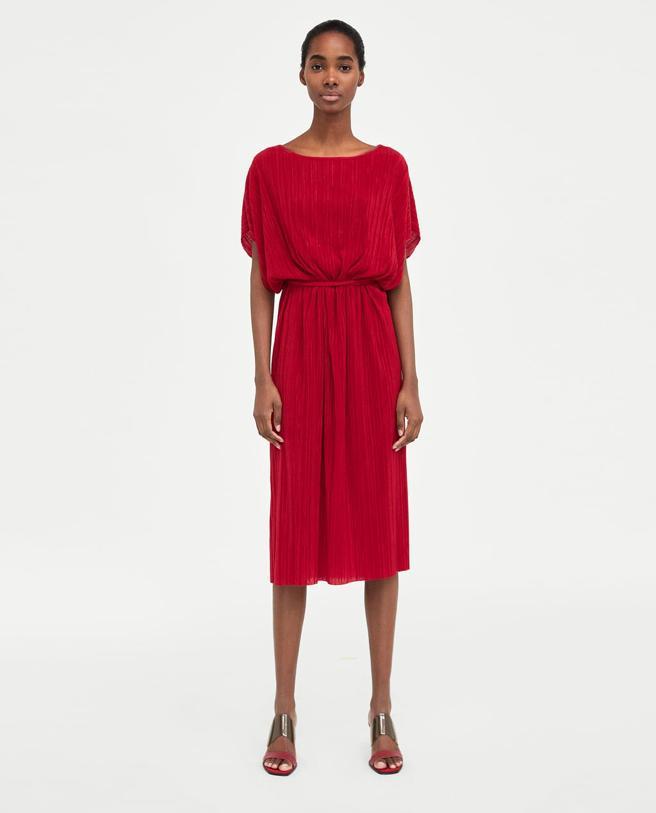 Vestido con falda plisada y cinturón de Zara (19.95 euros)