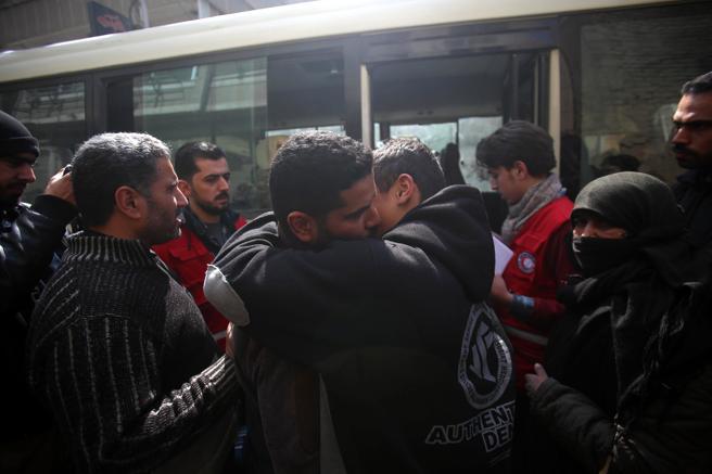 Familiares se despiden antes de ser evacuados de Duma por la Media Luna Roja