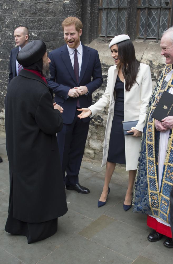 El príncipe Harry y su prometida Meghan Markle saludan a los lideres religiosos tras el servicio