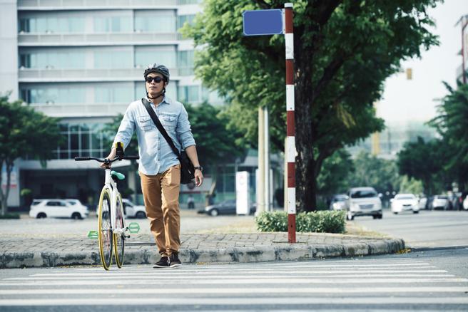 Para cruzar el paso de peatones con la bici, debes bajarte de ella para no atropellar a nadie