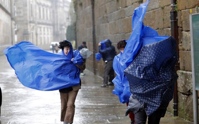 una borrasca 'bastante profunda' provocará el viernes un temporal de lluvia, viento y mala mar en Galicia. EFE/ Lavandeira jr