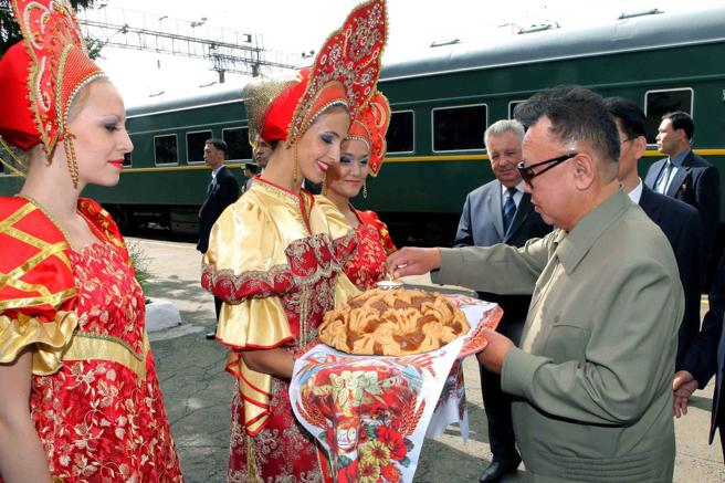 Imagen de archivo de Kim Jong Il siendo recibido por mujeres rusas con vestimenta tradicionales en la estación de Bureya