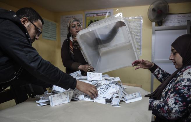 Recuento de votos en una colegio electoral de El Cairo