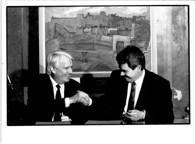 Jorge Semprun y Pasqual Maragall con 'Teulades de Barcelona', de Picasso