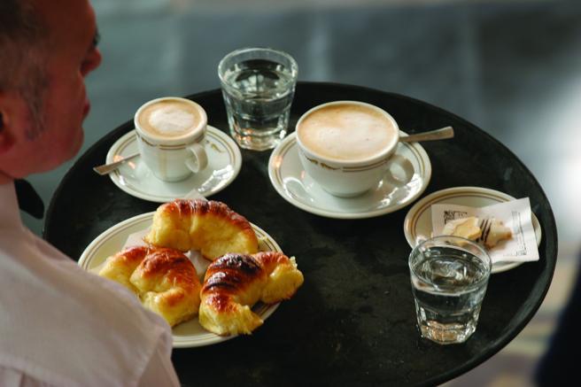 Mediaslunas y café, el desayuno típico argentino