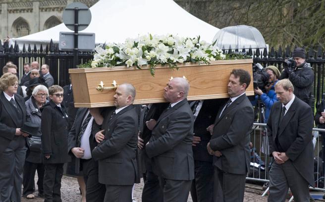 El ataúd con los restos de Stephen Hawking llega a la iglesia, este sábado