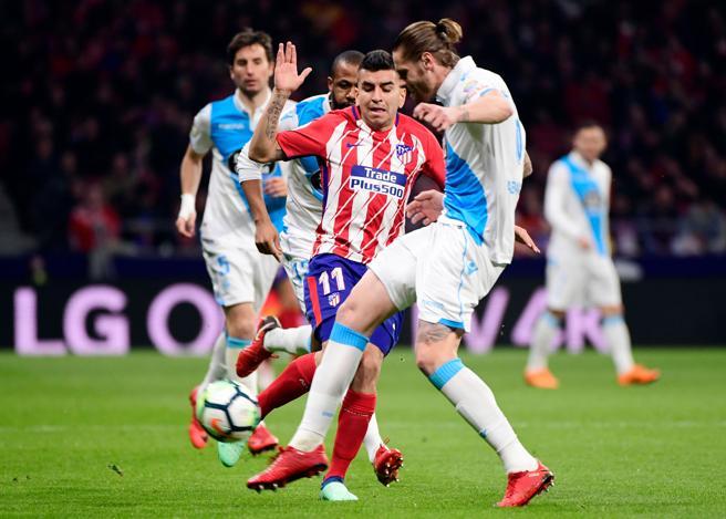Correa intenta llevarse la pelota ante el defensa del Deportivo Albentosa