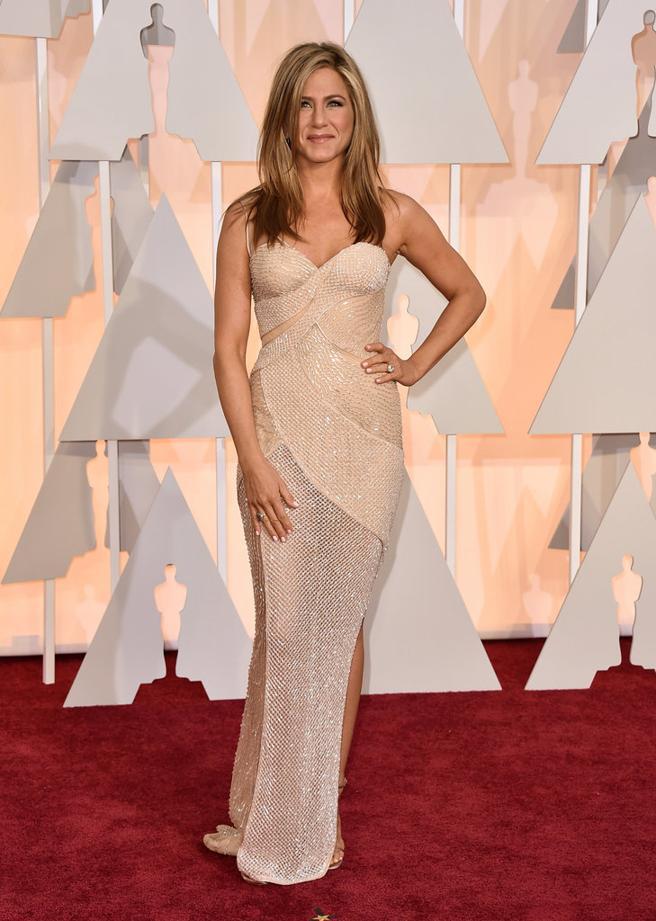 Jennifer Aniston de Versace sobre la alfombra roja de los Oscar 2015