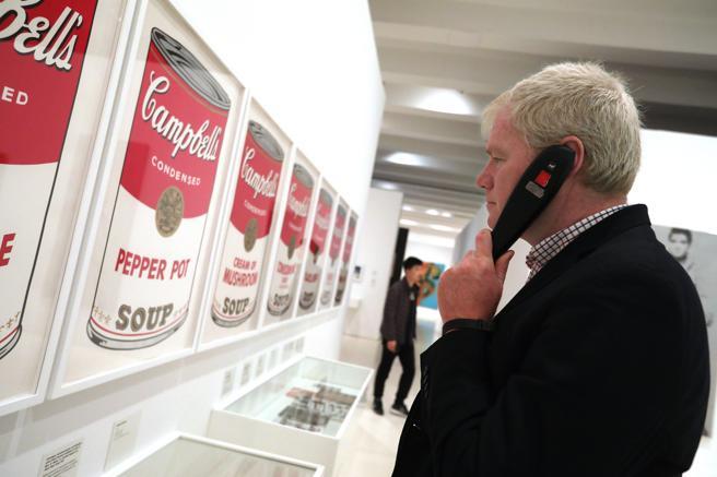 Un visitante con una guía auditiva en el Caixa Forum