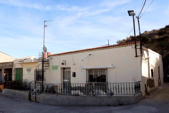 Vivienda precintada por la Guardia Civil en la que una mujer de 48 años ha muerto, en la localidad almeriense de Albox.. EFE/RICARDO G