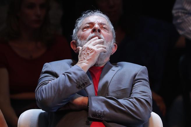 El expresidente brasileño Luiz Inácio Lula da Silva reacciona durante un acto en defensa de la democracia hoy, lunes 2 de abril de 2018, en Río de Janeiro