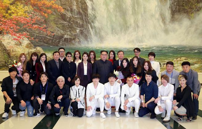 El líder norcoreano Kim Jong Un y el ministro de Cultura de Corea del Sur posan con la delegación de artistas