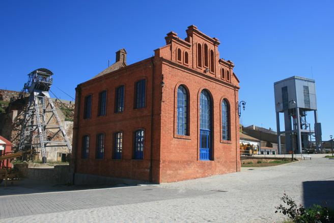 Sala de maquinas del pozo San Aquilino y su castillete, minas de Almadén