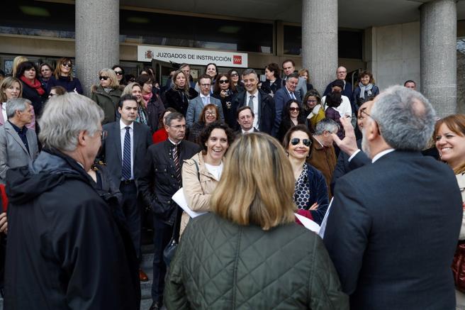 Jueces y fiscales se han concentrado hoy en la sede general de juzgados para reclamar al Ministerio que impulse las iniciativas políticas y legislativas necesarias para mejorar el estado de la Justicia