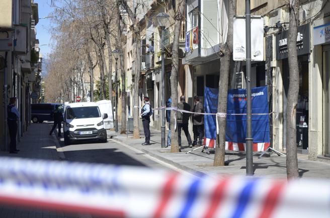 Dispositivo policial en el número 48 de la calle Gràcia de Sabadell