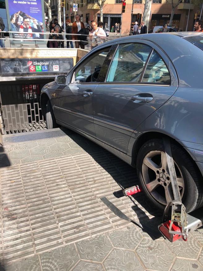 Imagen del coche encallado en un acceso al metro de Diagonal