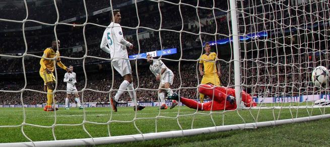 El delantero croata de la Juventus, Mario Mandzukic (i), remata a puerta para marcar su segundo gol