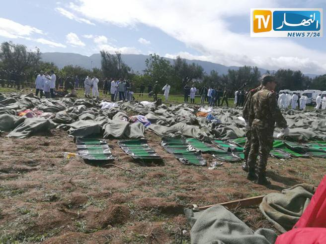 imagen de la agencia de televisión argelina Ennahar TV que muestra los cuerpos de las personas que murieron en el accidente