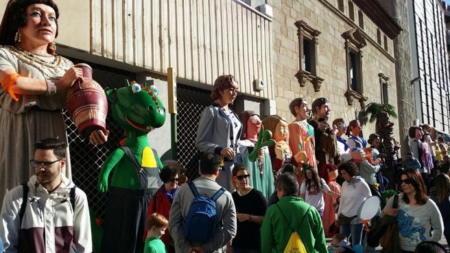 Gigantes y cabezudos en la fiesta Un Somriure per l'Aleix en Mataró
