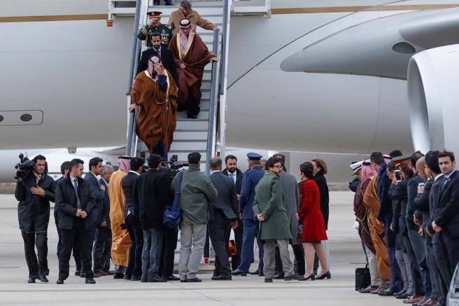 El Príncipe heredero de Arabia Saudí, Bin Salman Abdulaziz al Saud a su llegada a la Base Aérea de Torrejón, Madrid, con motivo de su primera visita oficial a España.