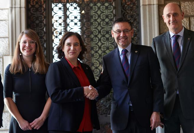 La alcadesa de Barcelona, Ada Colau, junto al presidente del FC Barcelona Josep Maria Bartomeu