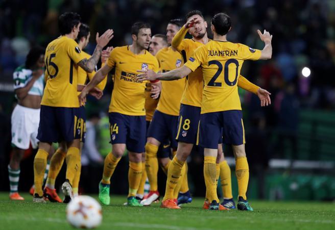 Los jugadores del Atlético se felicitan tras acabar el encuentro por el pase a las semifinales