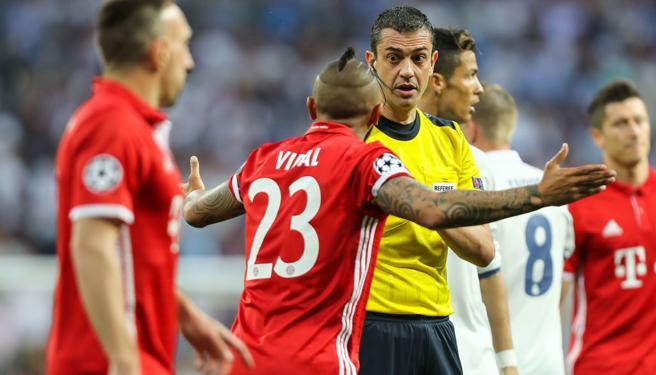 Arturo Vidal protesta su expulsión ante el Real Madrid la temporada pasada