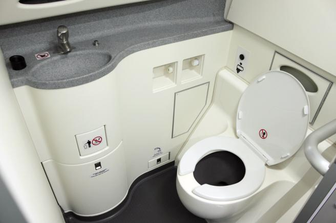 Interior del baño de un avión