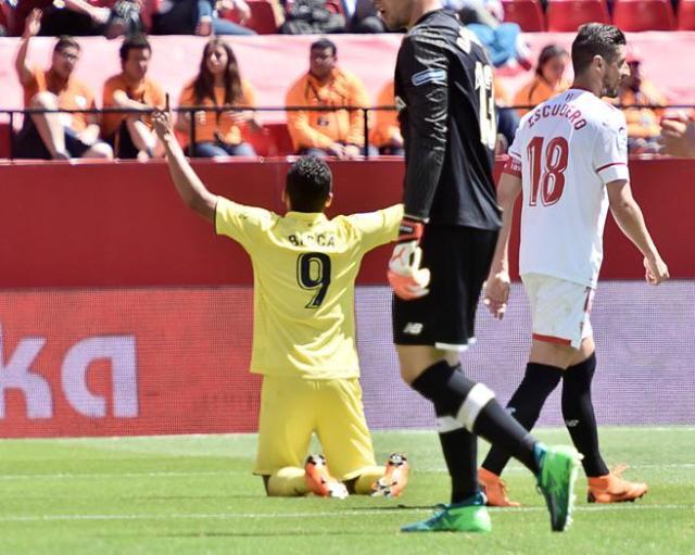 Carlos Bacca celebra tras marcar el segundo gol de su equipo ante la presencia del defensa del Sevilla, Sergio Escudero
