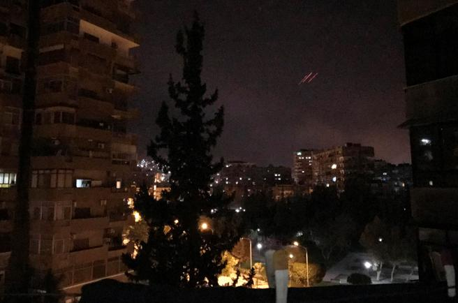 Anti aéreos han sobrevolado la capital de Siria.